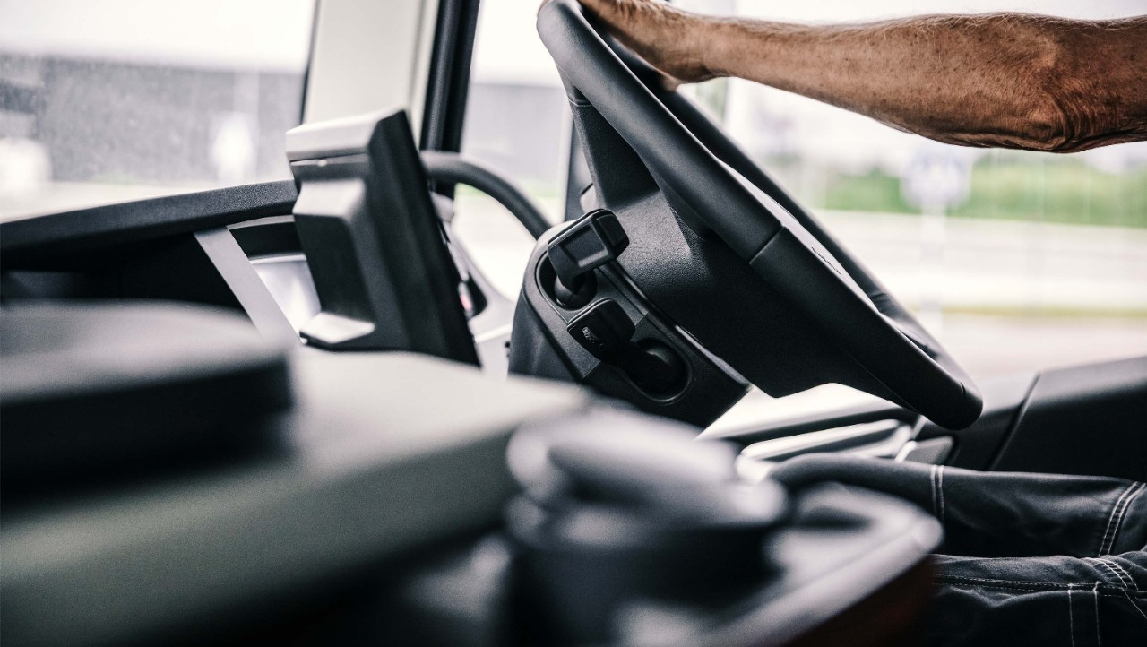 Volvo Dynamic Steering brings perfect stability and reduces strain.